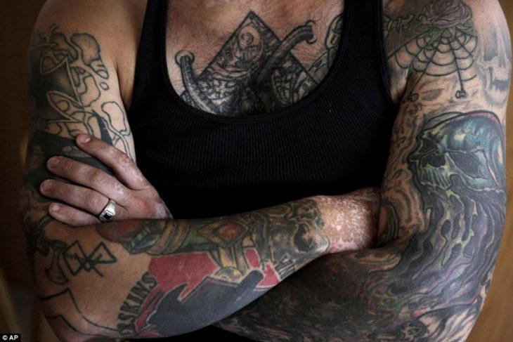 Pecho de un hombre tatuado