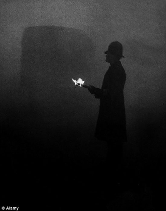 policía ingles con fuego en la gran niebla