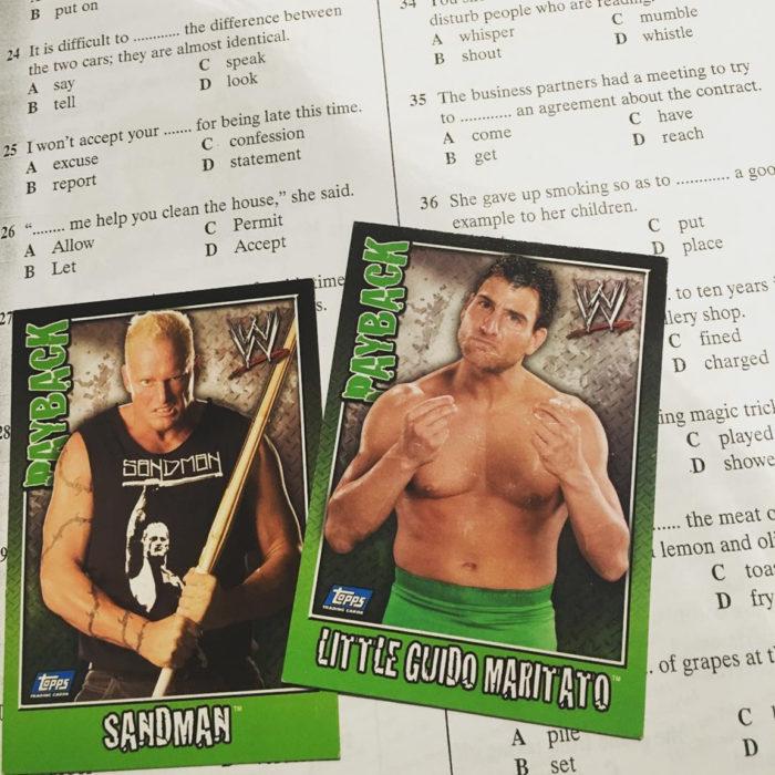 tarjetas de luchador sobre un examen