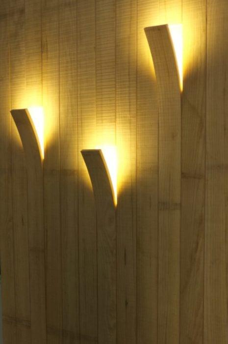 lámparas entre la madera