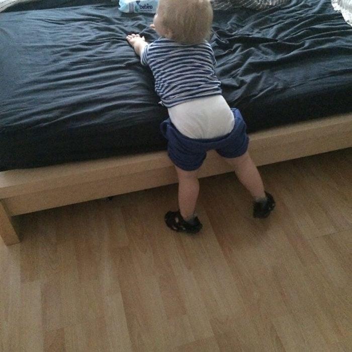niño con los pantalones a medio subir