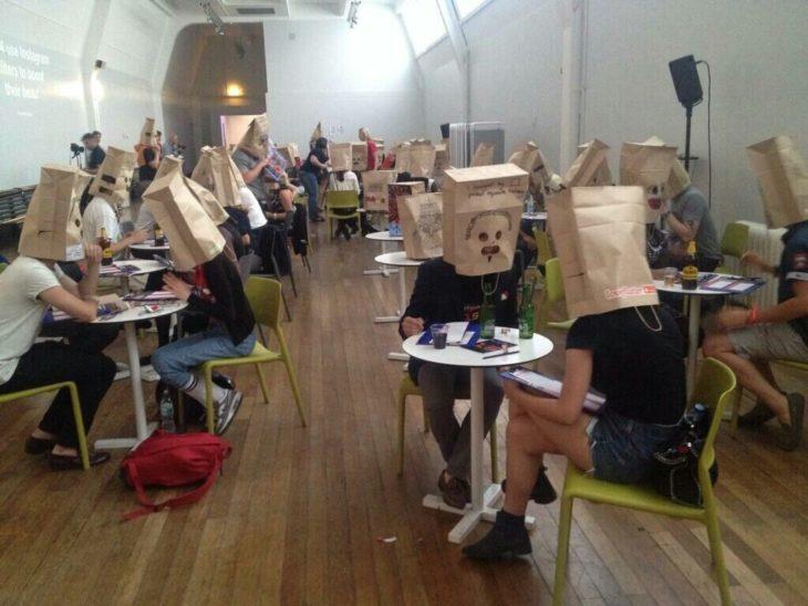 personas con bolsas en la cara