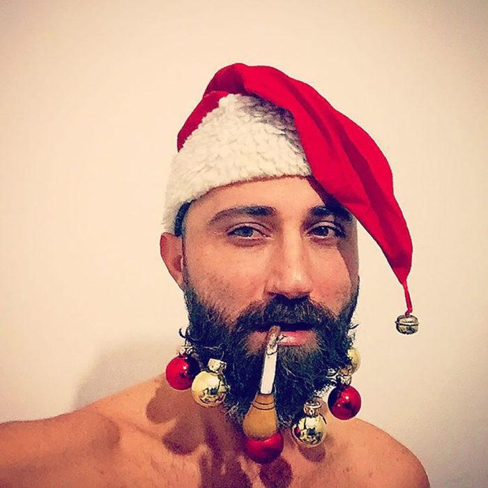 hombre con barba y sombrero de santa claus