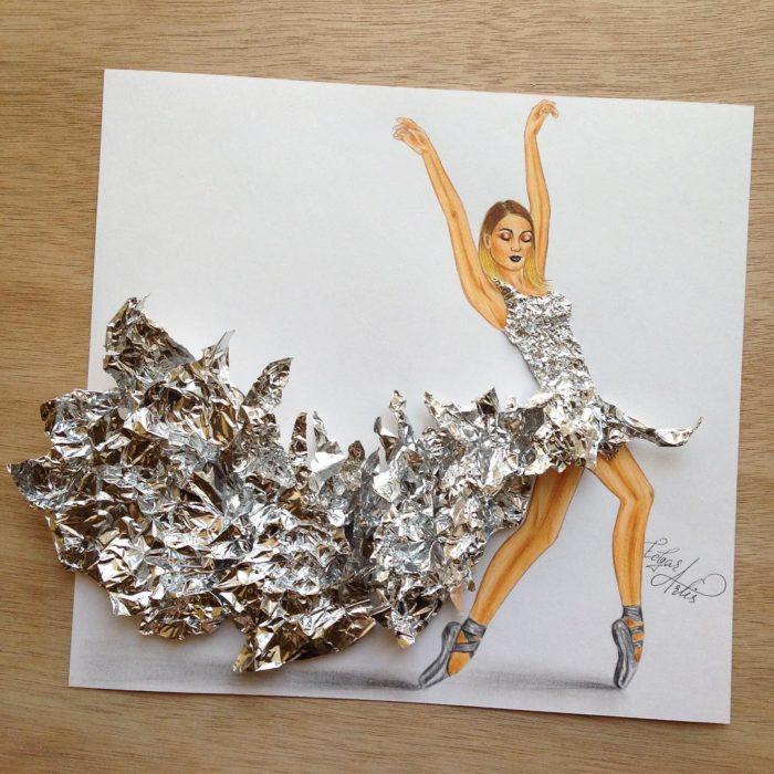 ilustración mujer con vestido hecho de papel aluminio