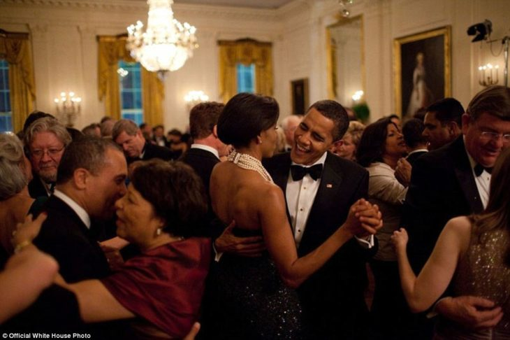 Obama y Michelle bailan en el salón del Gobernador