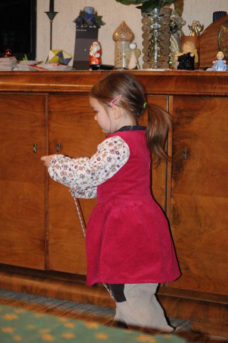 niña con vestido y pantalones