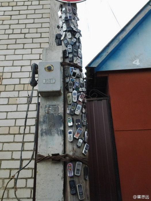 poste con celulares pegados