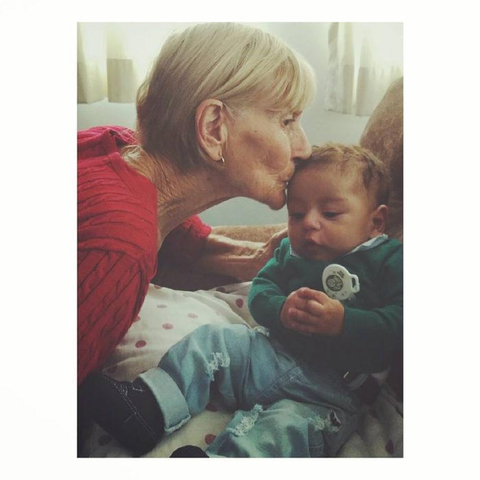 abuelita besando a su nieto
