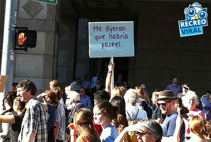 persona en una multitud sosteniendo un cartel