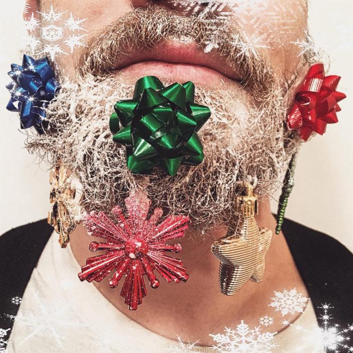 hombre con barba y moños de regalo