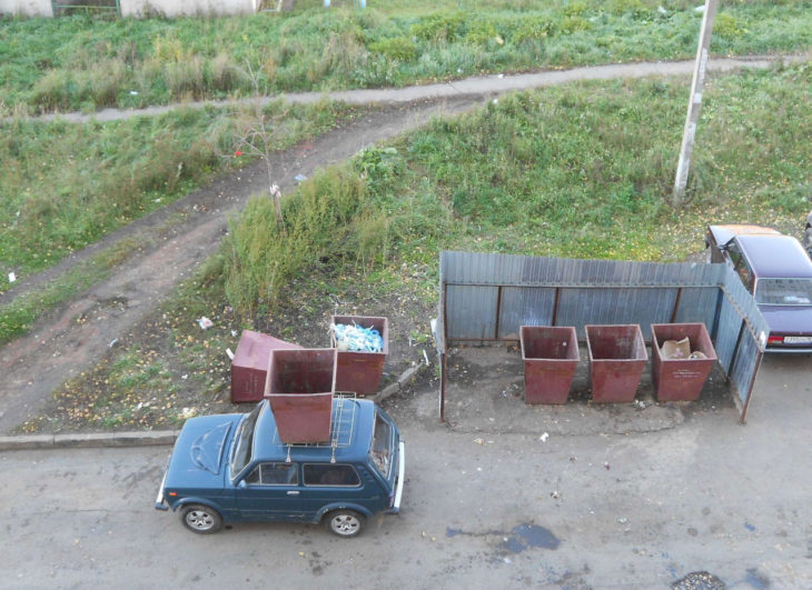 carro con bote de basura encima