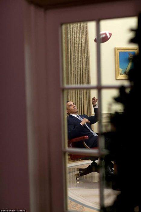 Obama juega con un balón de Fútbol