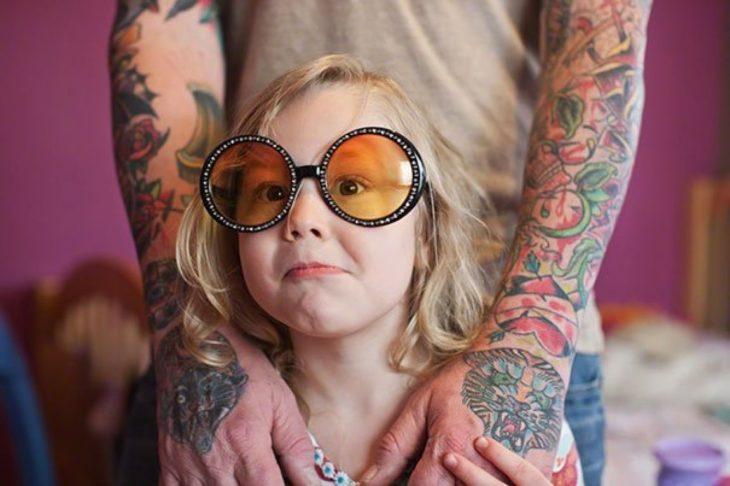 niña con lentes y expresión graciosa
