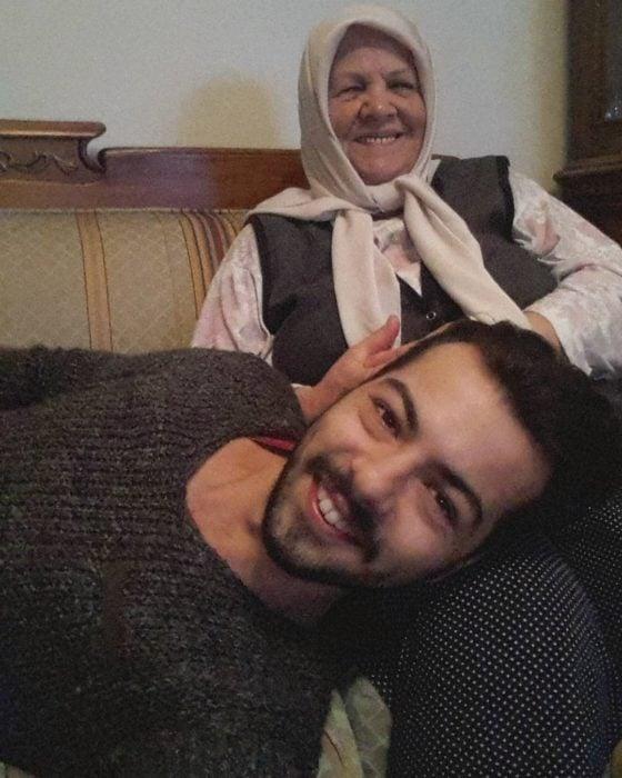 nieto en el regazo de su abuela