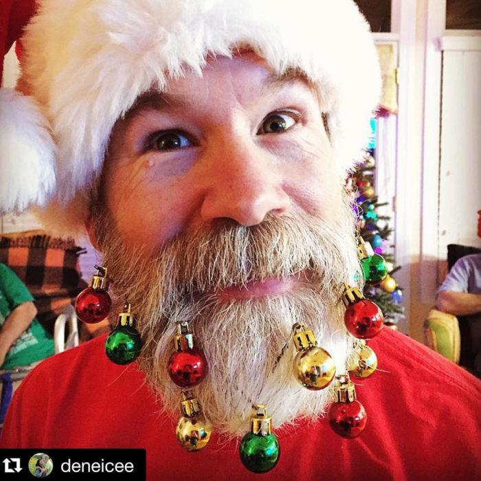 hombre disfrazado de Santa Claus con esferas en su barba