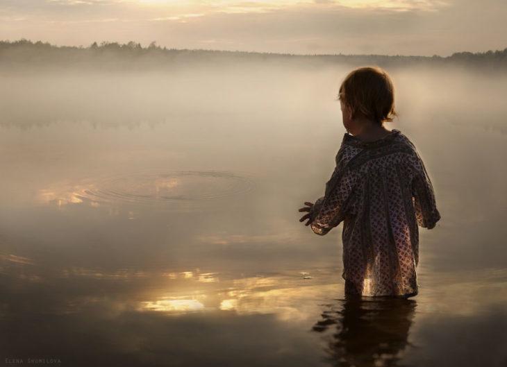 niño frente a un lago