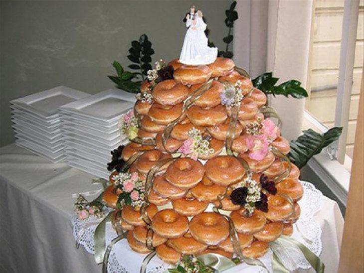 donas apiladas como pastel de boda