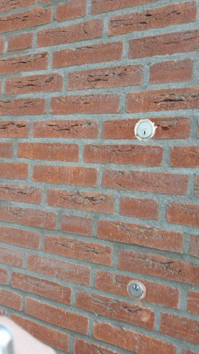 muro de ladrillos con cerrojos