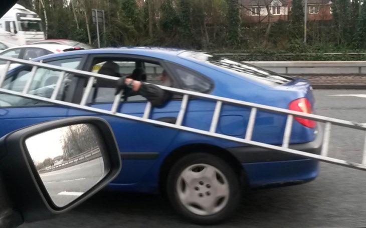 persona cargando escaleras en un carro