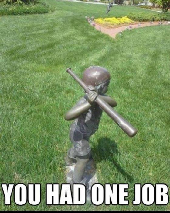 estatua de un niño con un bat de beisbol mál agarrado
