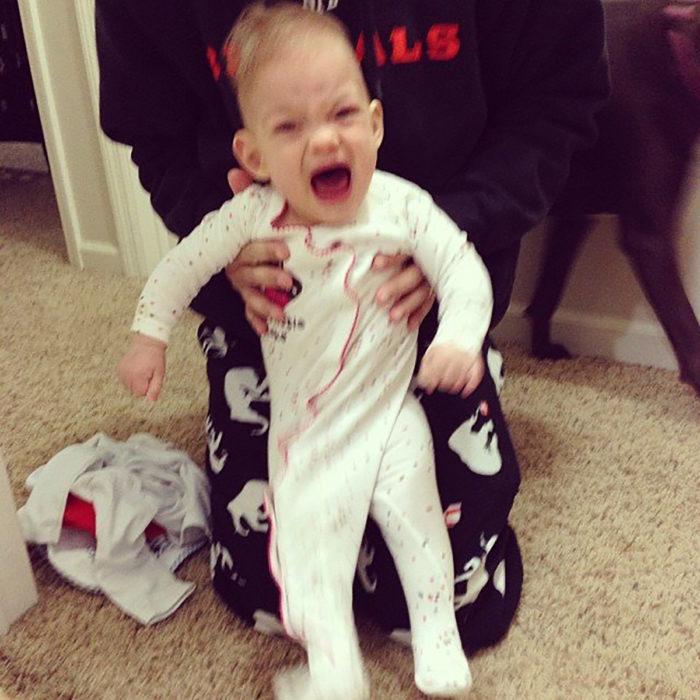 bebé con mameluco mal abrochado
