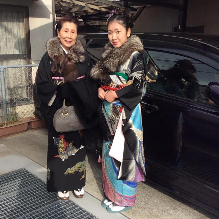 abuela y su nieta con kimono