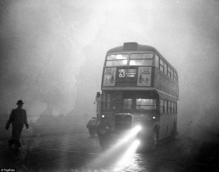 tranvía en londres durante la gran niebla
