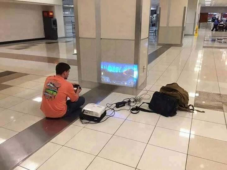 chico jugando videojuegos en areopuerto