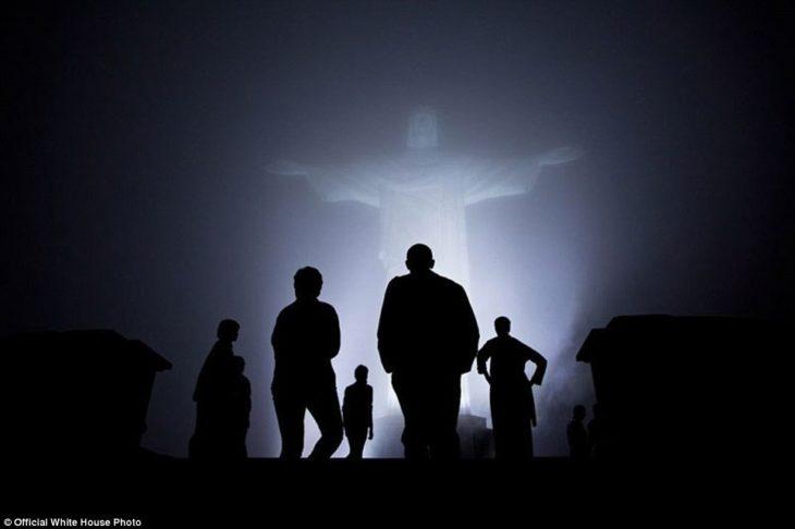 Familia presidencial visitando la estatua de Cristo Redentor en Brasil
