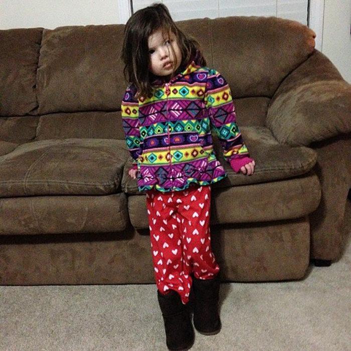 niña vestida con estampados que no combinan