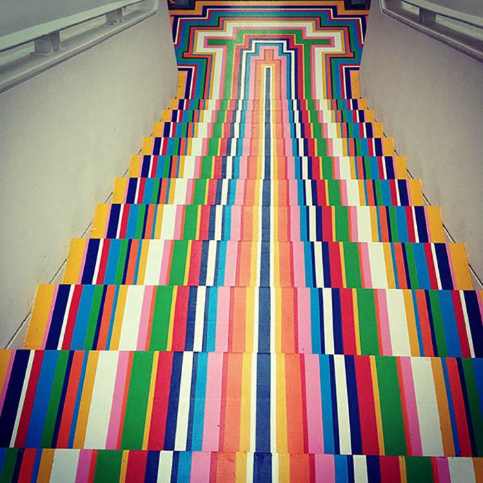 Escalera simétrica de colores