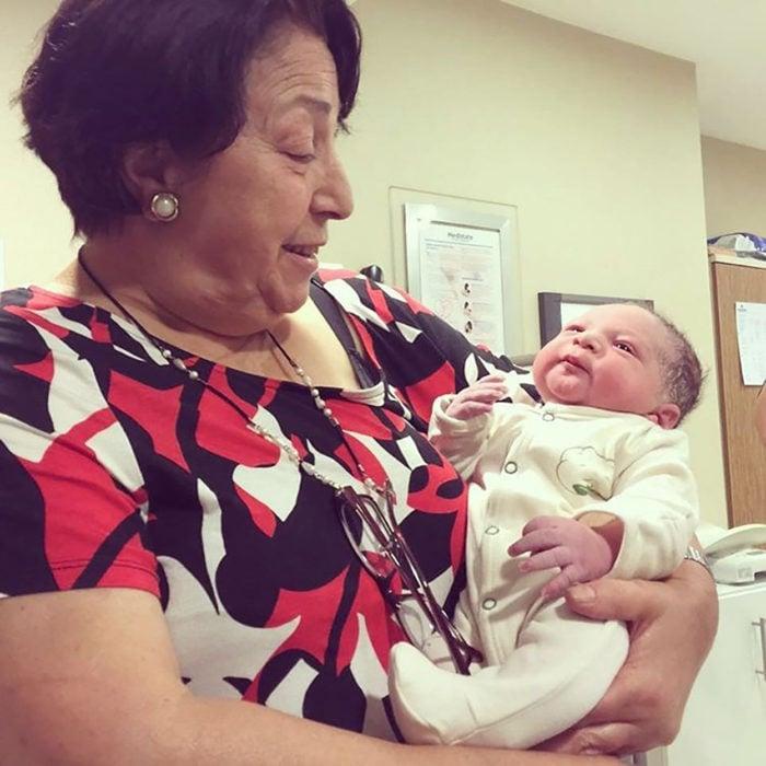 abuelita cargando a su nieto