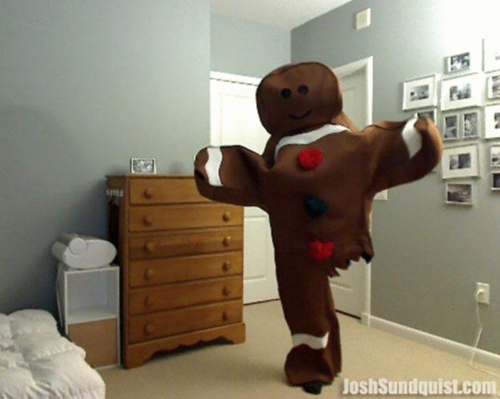 hombre disfrazado de galleta de jengibre