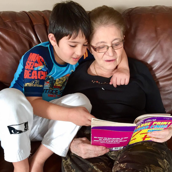 abuelita leyendo a su nieto