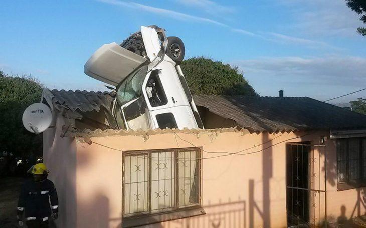carro estrellado en el techo de una casa