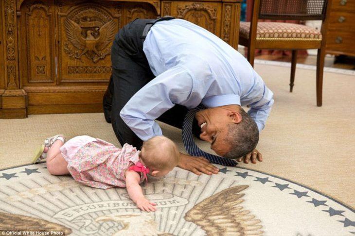 obama juega con la hija del asesor de seguridad
