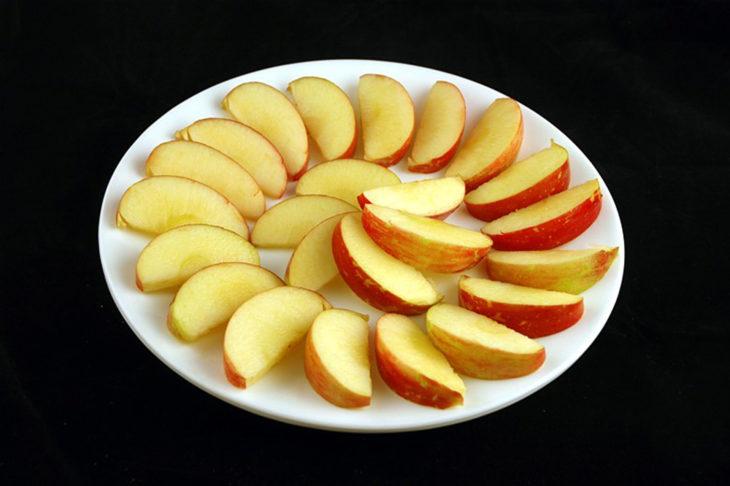 Manzanas cortadas en gajos