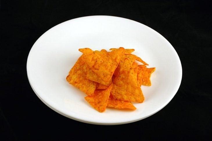 Un plato con doritos