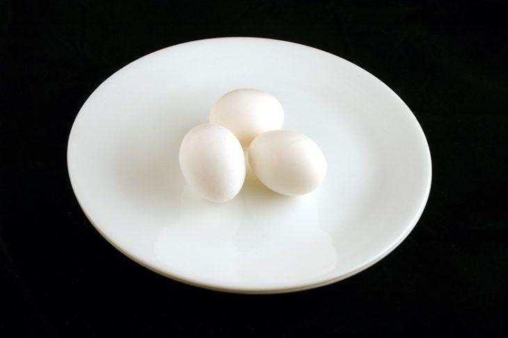 Tres huevos en un plato