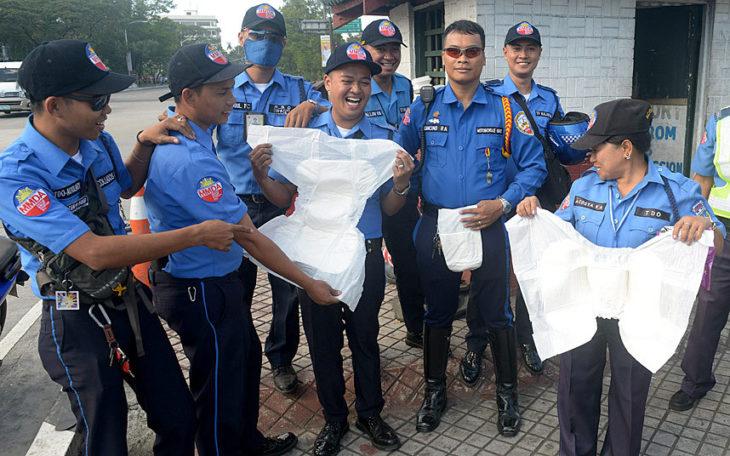 oficiales sosteniendo pañales gigantes