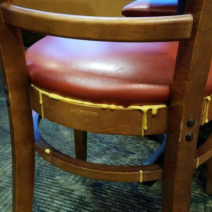 silla con resistol que chorrea