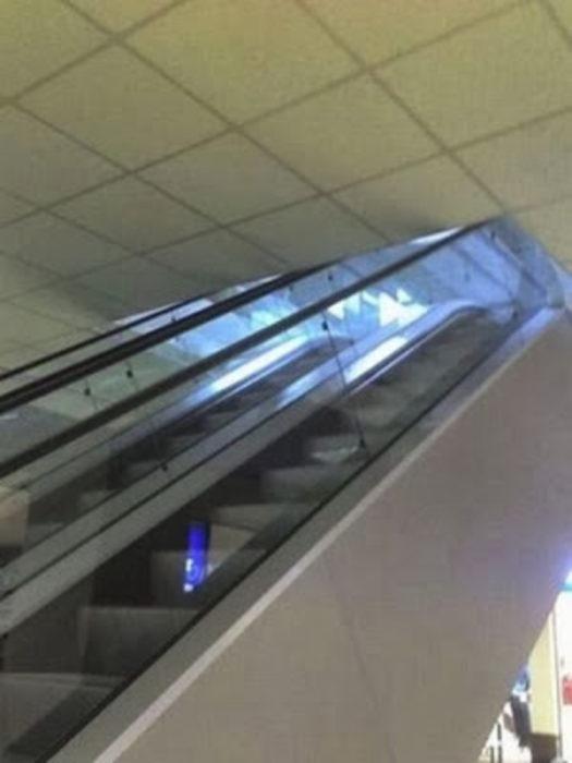 escaleras electricas sin espacio en el techo para que suban las personas