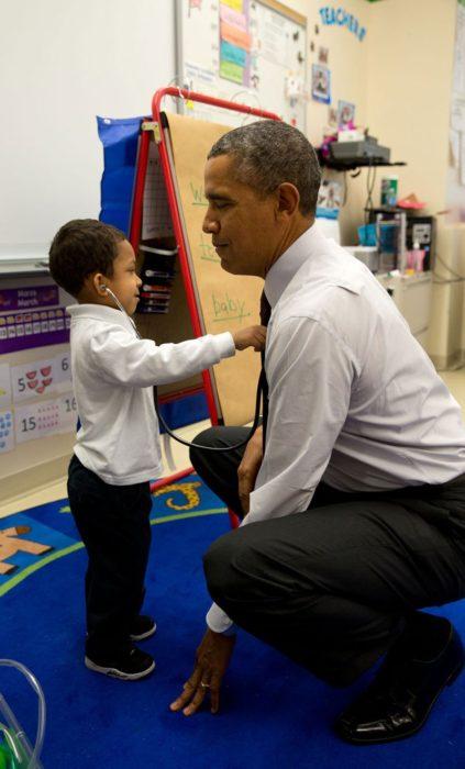 Un niño checa el corazón de Obama