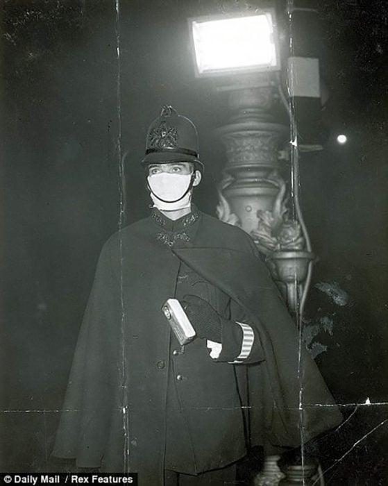 policía con máscara de boca en londres antiguo