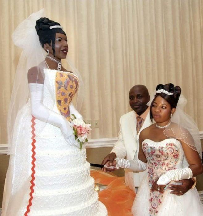 pastel de bodas en forma de la novia