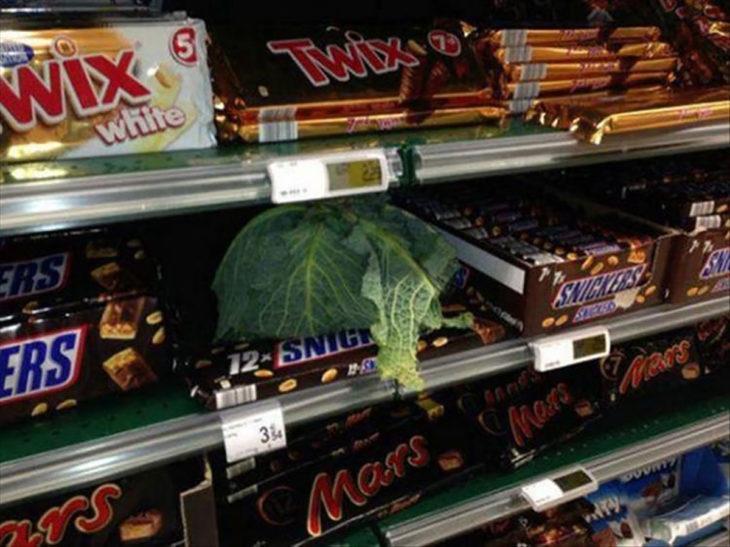 lechuga en la sección de chocolate de supermercado