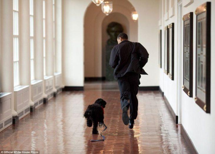 Barack corre con el perro de la familia, Bo