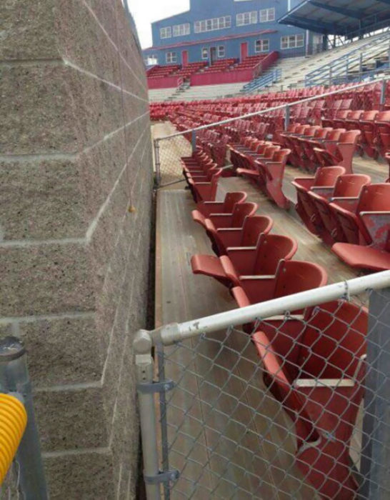 asientos en gradas frente a un muro