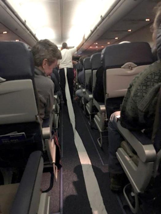 señora en un avión se le quedó pegado el papel de baño