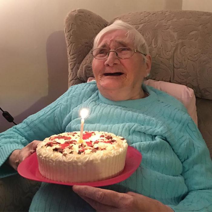 anciana con un pastel